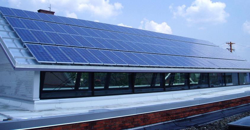 Paneles solares instalados sobre el techo de una vivienda (Foto3)